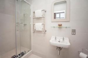 A bathroom at Stylish City Centre Apartment - Bath