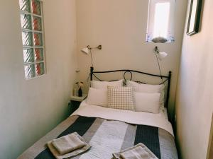 Western Breeze Apartment Budapest房間的床