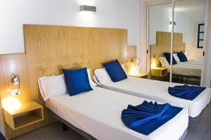 Een bed of bedden in een kamer bij Ereza Apartamentos Los Hibiscos