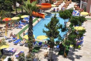 Vaizdas į baseiną apgyvendinimo įstaigoje Primera Hotel & Apart arba netoliese