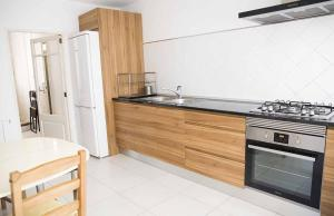 A kitchen or kitchenette at Hiker's TownHouse