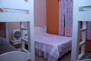 A bunk bed or bunk beds in a room at chácara solar das águas