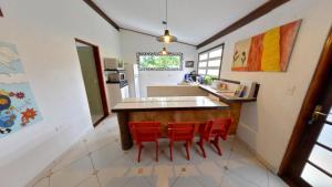 A kitchen or kitchenette at Casa do Joca - Ilhabela