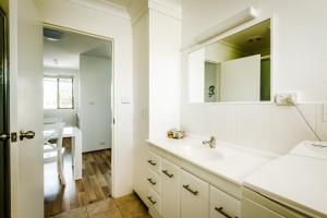 A bathroom at Coffs Harbour Holiday Apartments