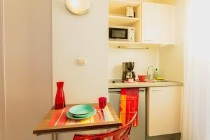 Cuisine ou kitchenette dans l'établissement Appart-Hôtel Mer & Golf City Perpignan Centre