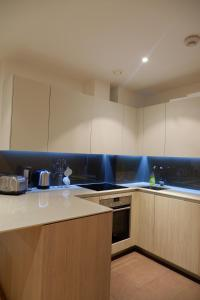 A kitchen or kitchenette at Deluxe Riverside London Apartment