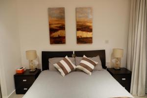 A bed or beds in a room at Deluxe Riverside London Apartment