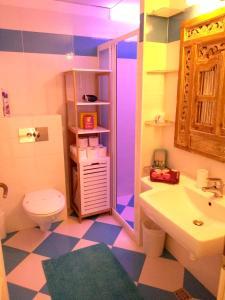 A bathroom at 55 sqm new top center, quiet and cozy