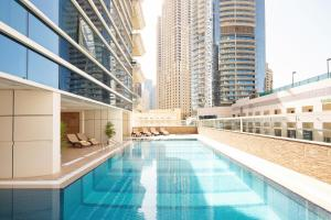 בריכת השחייה שנמצאת ב-Barceló Residences Dubai Marina או באזור