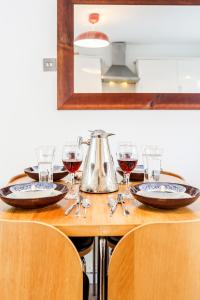 A restaurant or other place to eat at Sunshine Apartments - Chichester House