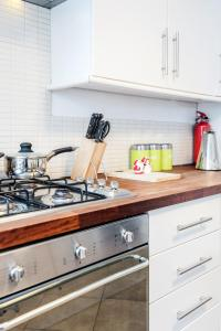 A kitchen or kitchenette at Sunshine Apartments - Chichester House
