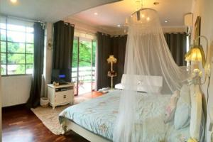 Ekkamai Townhouse with Garden and Rooftop 5 rooms房間的床