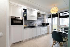 A kitchen or kitchenette at Apartamenti v centre na Sovetskoy