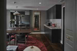 A kitchen or kitchenette at O Artista Boutique Suites