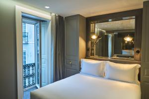 A bed or beds in a room at O Artista Boutique Suites
