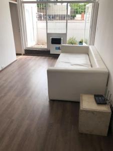 Un lugar para sentarse en Muy amplio casa departamento cerca de Aristides con parrilla y jardín