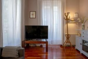 A television and/or entertainment center at Cute and quirky 3bed 2min to tube in Retiro
