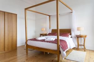 Säng eller sängar i ett rum på Downtown River Views Apartment