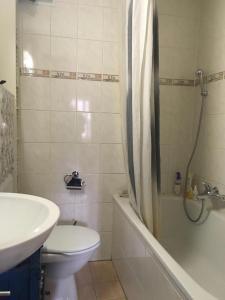 A bathroom at Au coeur de la vieille ville