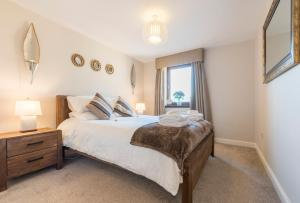 A bed or beds in a room at Parsonage Square Apartments