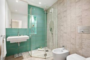 Een badkamer bij Charming 2 Bedroom Flat with Garden in Finsbury Park