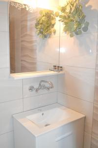 Ένα μπάνιο στο Magda Rooms ''Sea View''