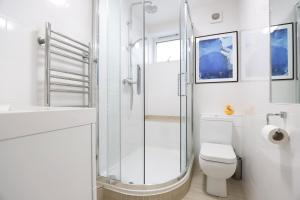 A bathroom at Bright and Spacious Modern 2-Bed - Kings Cross