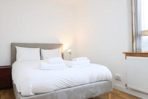A bed or beds in a room at Bright and Spacious Modern 2-Bed - Kings Cross