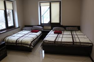 سرير أو أسرّة في غرفة في Holiday Home Solnechnaya Polyana