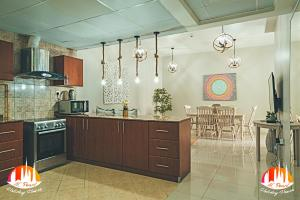 A kitchen or kitchenette at A C Pearl Holiday Homes - Pinnacle of Marina