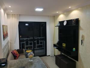 A television and/or entertainment centre at Apartamento no Meireles