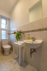 A bathroom at Tutti Frutti & Funky Apartments - Covent Garden