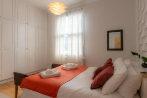 A bed or beds in a room at Tutti Frutti & Funky Apartments - Covent Garden