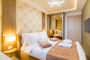 A bed or beds in a room at Apartmani Eleganza & La Vista
