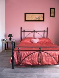 Кровать или кровати в номере Ariadny's House at Aristotelous Park