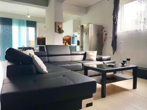 A seating area at Elegant & Cozy Apartment in Artemida