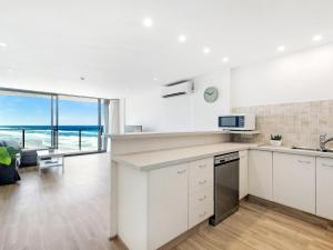 A kitchen or kitchenette at Absolute Beachfront - Central Surfers Paradise