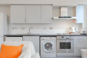 A kitchen or kitchenette at Spacious 2 Bedroom Stoke Newington Flat