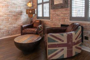 A seating area at 520 websterland · New York Loft Inspired Apartment - Grassmarket