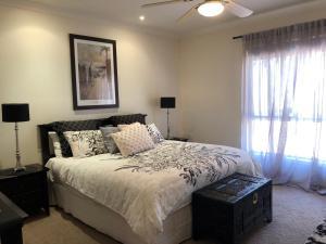 Säng eller sängar i ett rum på Riverwalk Retreat
