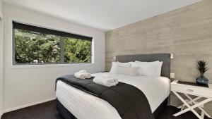 A bed or beds in a room at Diamond Residence Central Queenstown