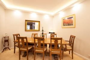 A restaurant or other place to eat at A Large Three Bedroom 2 Storey Luxury Holiday Home in Crows Nest - CN099