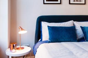 A bed or beds in a room at ARCORE Premium Apartments: Grafton Way