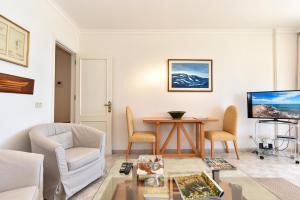 Las Canteras Seafront Apartment tesisinde bir oturma alanı