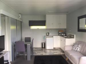A kitchen or kitchenette at Pacific Harbour Lodge