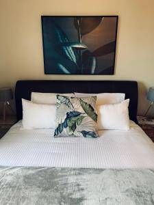 A bed or beds in a room at Ruby's Place Hunter Valley