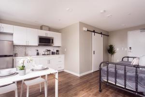A kitchen or kitchenette at SD Sunny Studio Sleeps 4