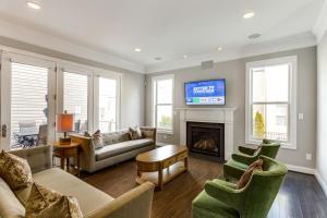 A seating area at Loudoun Escape - 4 Bedroom Executive Estate Near One Loudoun