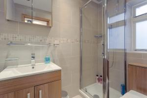 A bathroom at Modern 1 Bedroom Apartment in Bayswater