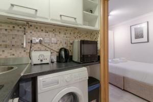 A kitchen or kitchenette at Modern 1 Bedroom Apartment in Bayswater